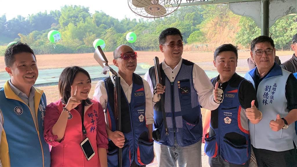 國民黨總統候選人韓國瑜(左三)15日到大寮靶場射擊。(柯宗緯攝)