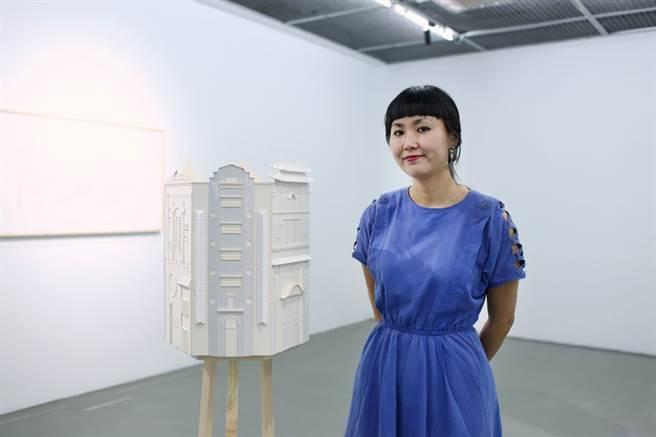 藝術家大野由美子與作品合照。(當代館 提供)