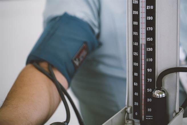 研究指出,高血壓患者睡眠時間若逾8小時,中風風險將大幅增加60%。此為示意圖。(達志影像/shutterstock)