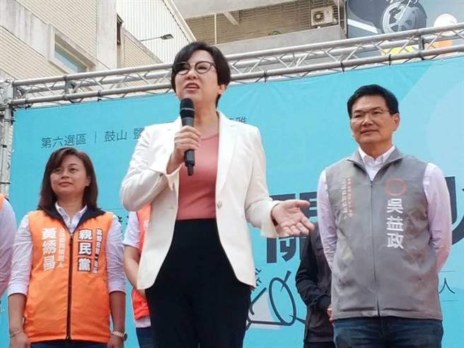 親民黨副總統候選人余湘為吳益政加油鼓勵。(曹明正攝)