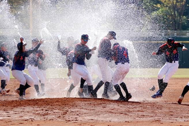 平鎮高中奪冠後球員們在場內灑水慶祝。(學生棒聯提供/廖德修台北傳真)