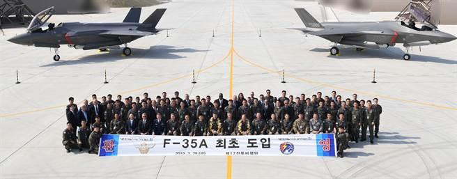 韓國空軍在今年3月的「F-35首批交機典禮」,如今已接收13架,並即將宣布達到初始作戰能力。(圖/韓國空軍)