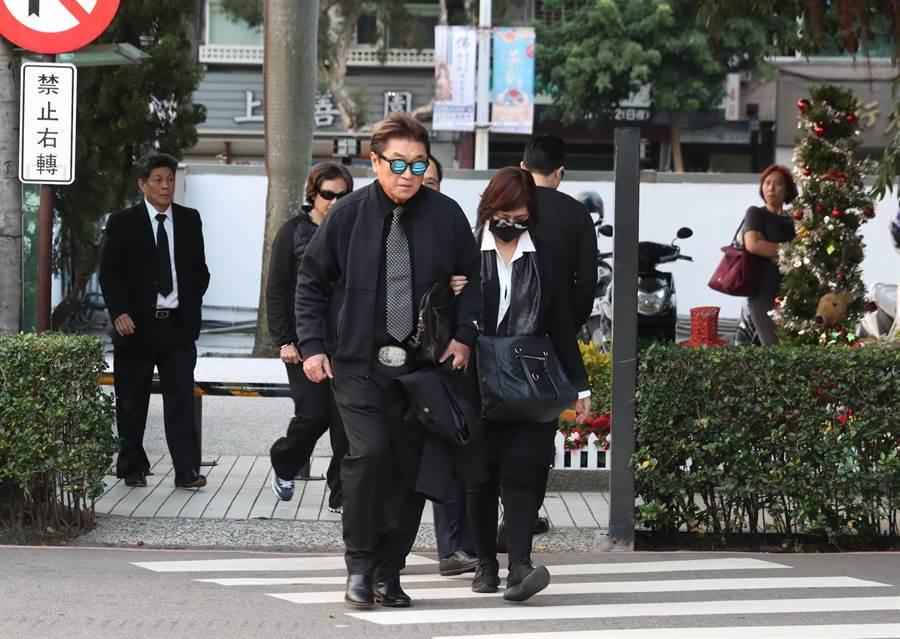 高以翔爸媽早上抵達第一殯儀館。(影視攝影組攝)