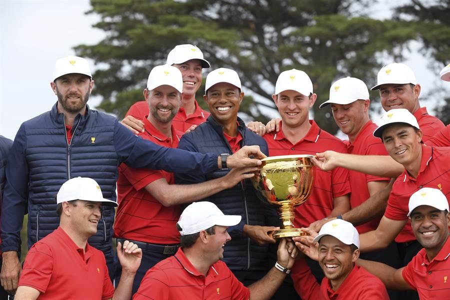 總統盃高球賽美國隊隊長伍茲(後排左四)親自下陣比賽,為球隊賺了3分積分,率隊逆轉擊敗國際隊,連8屆總統盃獲得勝利。(美聯社)
