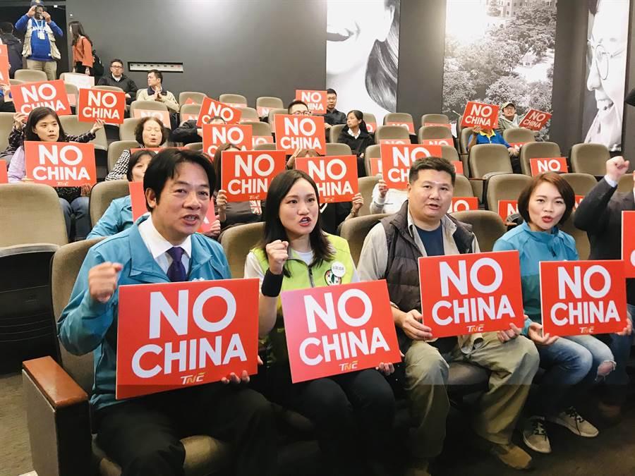 民進黨副總統候選人賴清德(左一)15日下午陪同民進黨立委參選人謝佩芬(右二)參加座談,舉起「NO CHINA」的牌子。(張穎齊攝)
