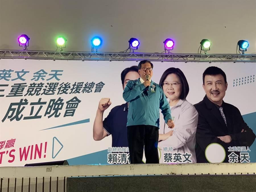 桃園市長鄭文燦15日晚間至三重二二八公園力挺余天,希望民眾用選票支持余天,讓他留在三重為繼續為鄉親服務。(張睿廷攝)