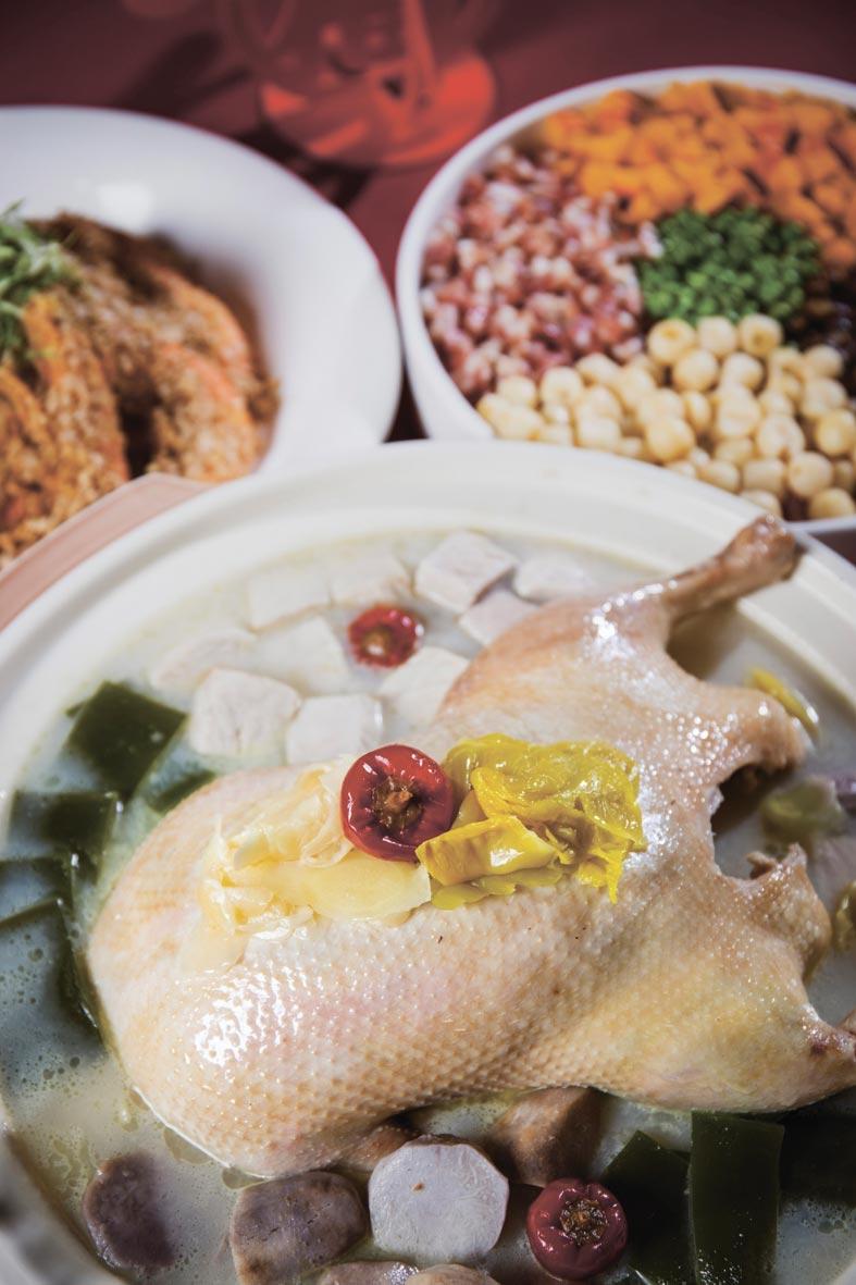 台北凱達的外帶年菜神仙鴨,櫻桃鴨加進客家酸菜、芋頭,又有高湯,讓人吮指回香。圖/業者提供