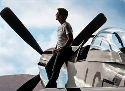 阿湯哥開戰機空中倒掛 睽違34年重現捍衛戰士英姿