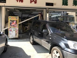 老翁倒車180度大失控 倒退嚕衝進超市