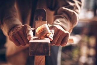 切木頭割斷手指 男想出奇招神救援