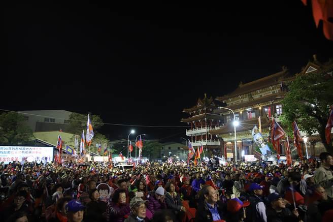 國民黨台南市第六選區立委候選人洪秀柱15日晚間在關廟山西宮造勢,湧入逾3000多名支持者力挺。(洪秀柱競選團隊提供/曹婷婷台南傳真)