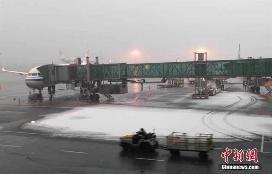 北京降雪致首都機場取消航班42架次。(照片取自中新網)