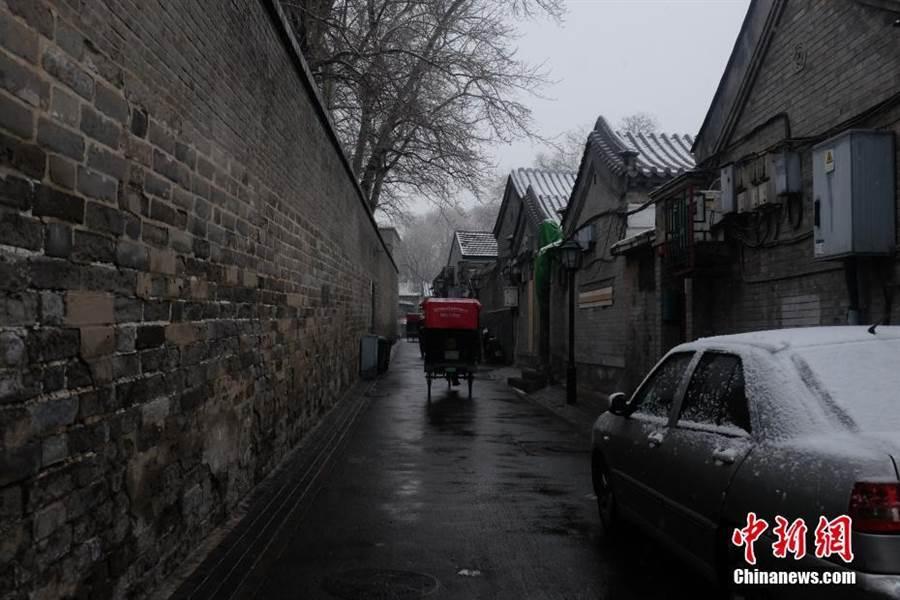 北京降雪了。(照片取自中新網)
