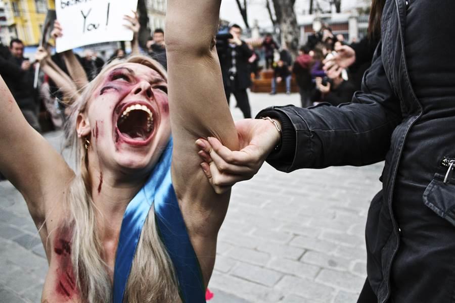 土耳其女性抗議女性受暴案件頻傳。(圖/Shutterstock)