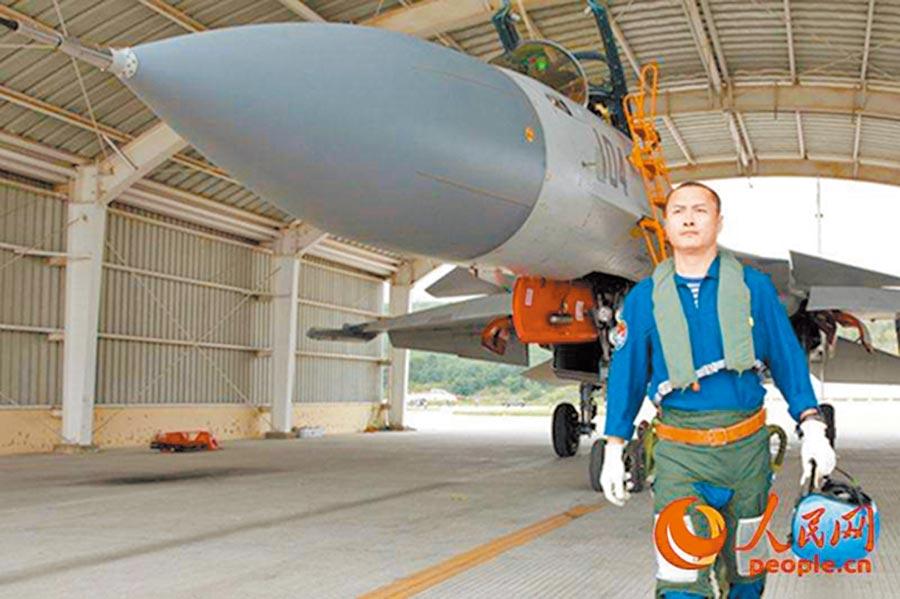 戴明盟是駕駛殲-15戰機在遼寧艦成功著艦第一人。(取自人民網)