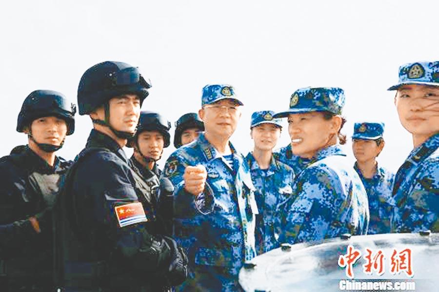 楊志亮(中)為官兵講述南沙戰鬥故事,激發官兵練兵熱情。 (取自中新網)