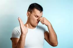 同事「飄異味」衛生差?男照X光驚:自己化膿發臭!
