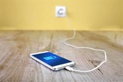 太扯!為奪「手機充電器」 14歲少年「刺破好友心臟」