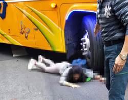 女大生騎單車遭遊覽車捲入車輪 輾壓左手臂血肉模糊