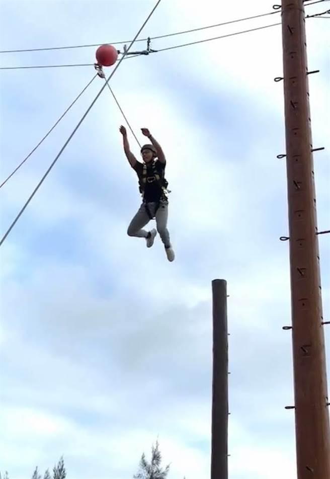 學員們在高空挑戰項目中練膽,養成深入險境的勇氣。(警方提供/李金生金門傳真)