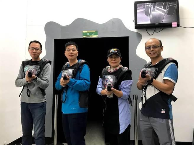 金城分局長李益杰(右)帶領同仁上場,參加分組模擬槍戰對抗。(警方提供/李金生金門傳真)