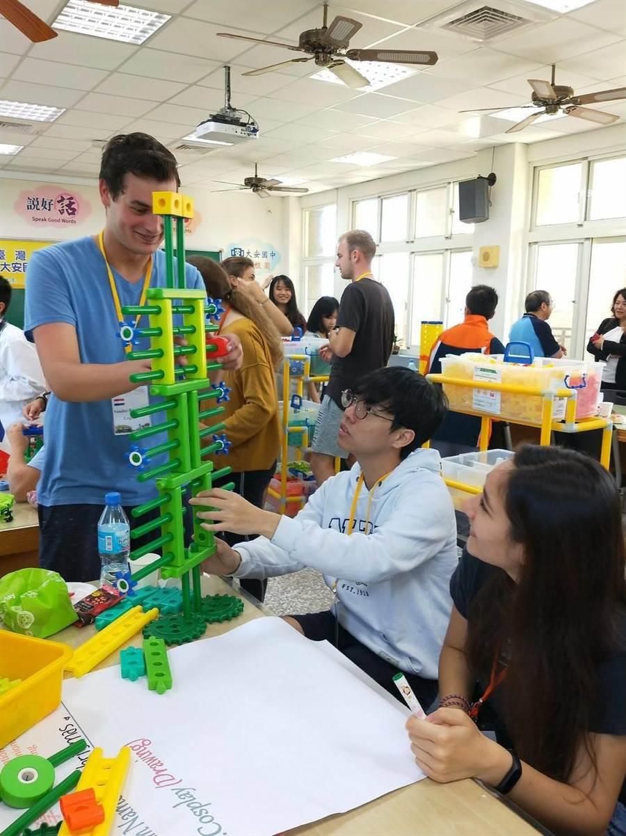 大安國中學生與來自歐洲、美洲、東南亞10個國家、20位外籍學伴,直接面對面交流。(台中大安國中提供/陳淑娥台中傳真)