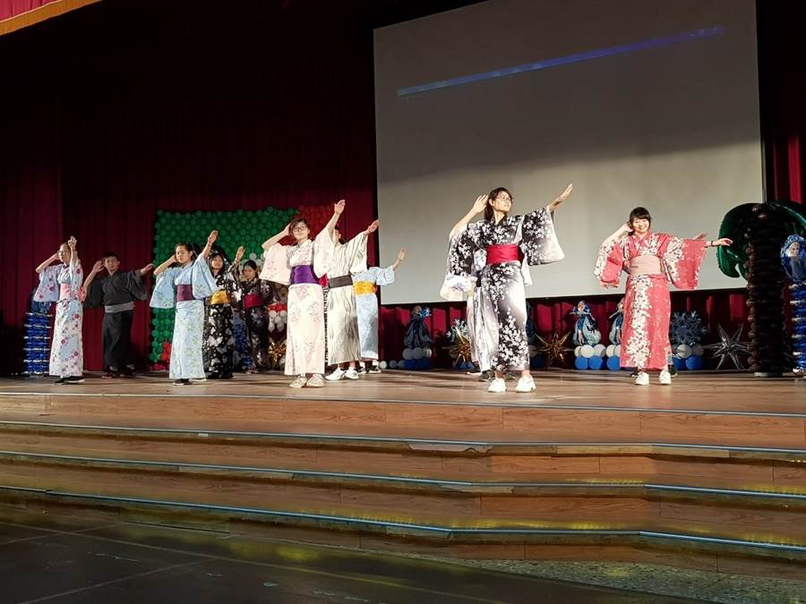 日本九州熊本西高校昨(16日)由校長柿下耕一率領師生共304人到訪台灣,首度與永平高中交流。(新北市教育局提供/葉書宏新北傳真)