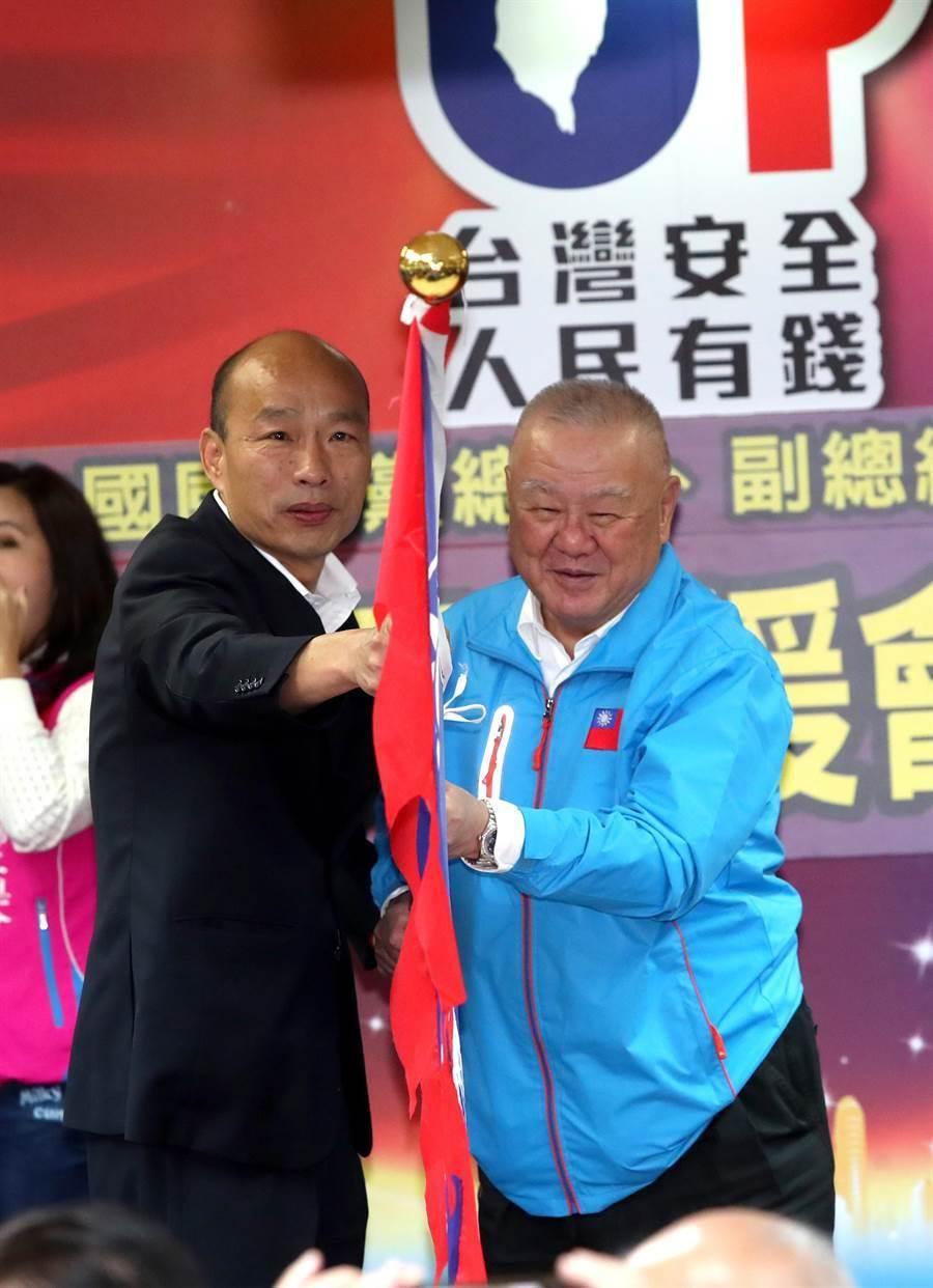 國民黨總統候選人韓國瑜(左)17日出席全國工商界聯合力挺韓國瑜競選總統後援會,授旗給擔任後援會長的工商協進會理事長林伯豐(右)。(鄭任南攝)