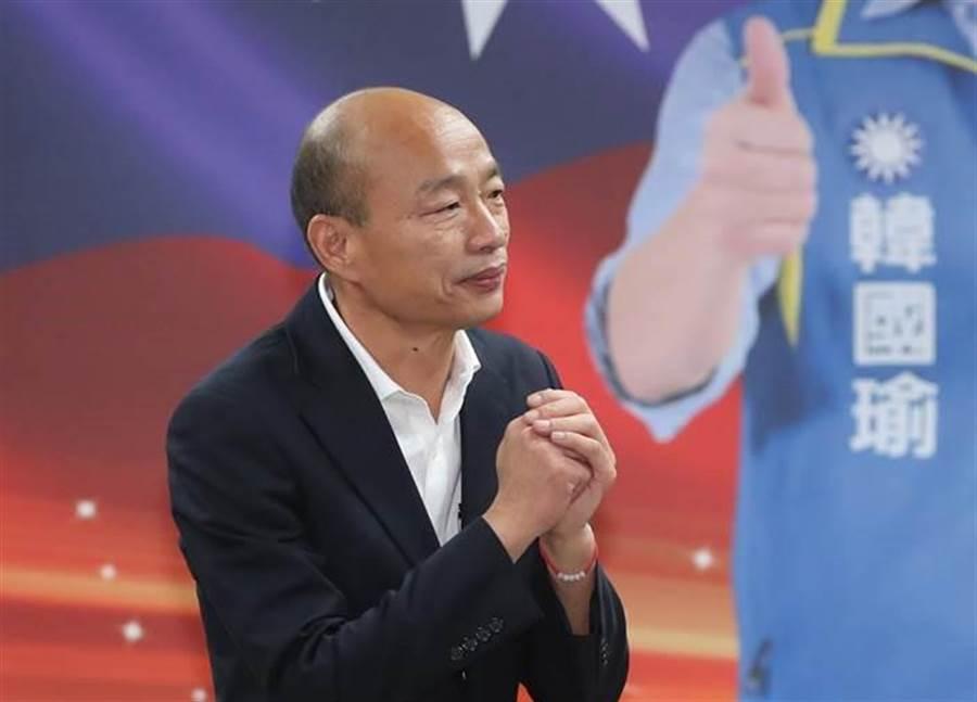 國民黨總統候選人韓國瑜17日出席全國工商界聯合力挺韓國瑜競選總統後援會,向現場的工商界人士拱手答禮,懇託支持。(鄭任南攝)