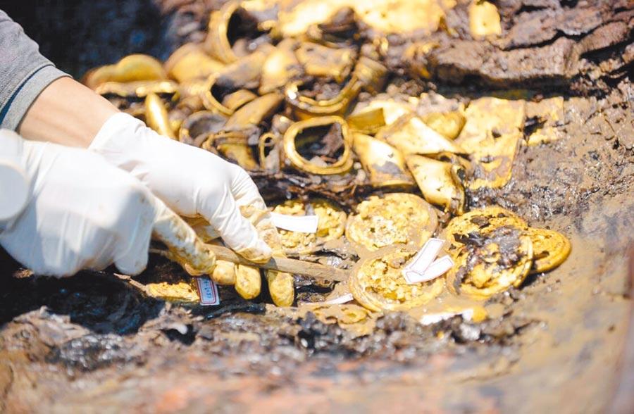 南昌西漢海昏侯墓考古現場出土的大量黃金。(中新社資料照片)