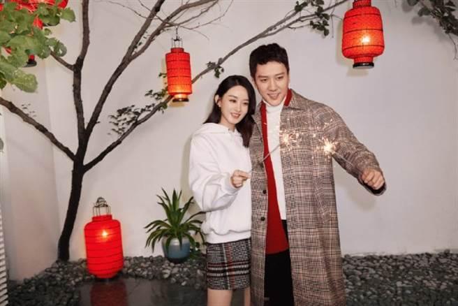 趙麗穎和馮紹峰婚後首度同框。(圖/微博@HM中國)
