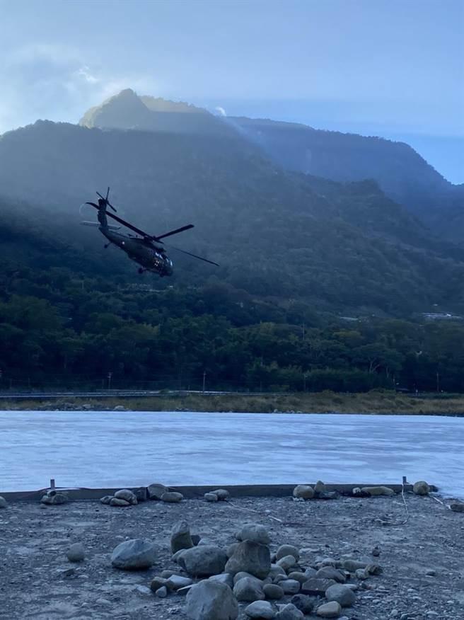 中央山脈南二段傳山難,直升機運送遺體下山!(南投縣消防局提供/廖志晃南投傳真)