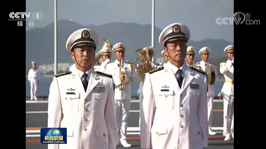 大陸國產航母山東艦首任艦長來奕軍(左)、政委龐建宏(右)。(圖/央視新聞聯播)