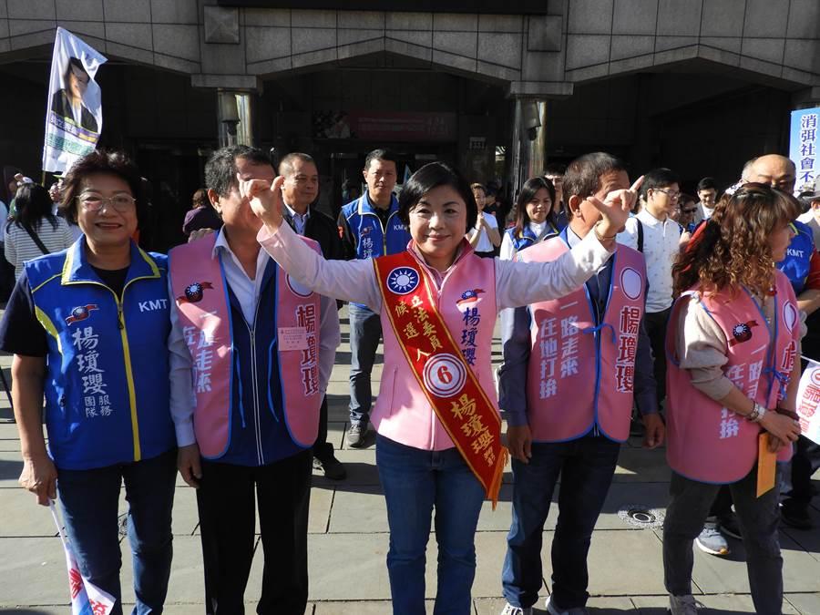 前台中市副市長楊瓊瓔今天抽中六號,高舉雙手高喊「台中一定贏、台中六六大順!」(陳世宗攝)
