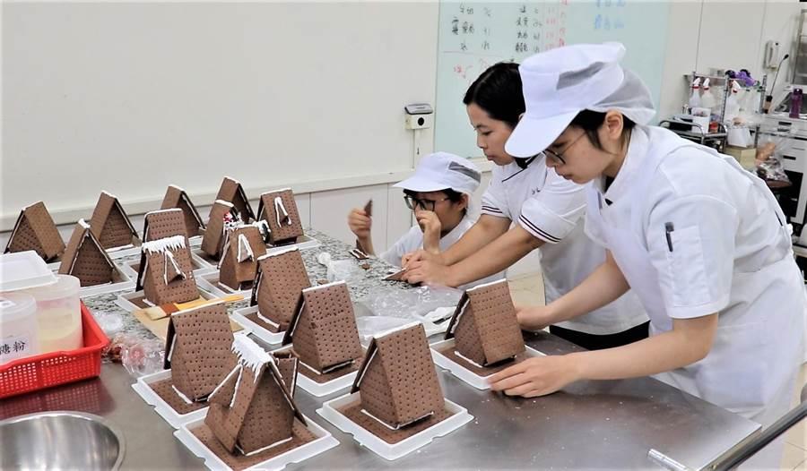 烘焙班老師姜惠齡(中)帶領學員製作薑餅屋。(勞動部勞動力發展署雲嘉南分署提供/劉秀芬台南傳真)