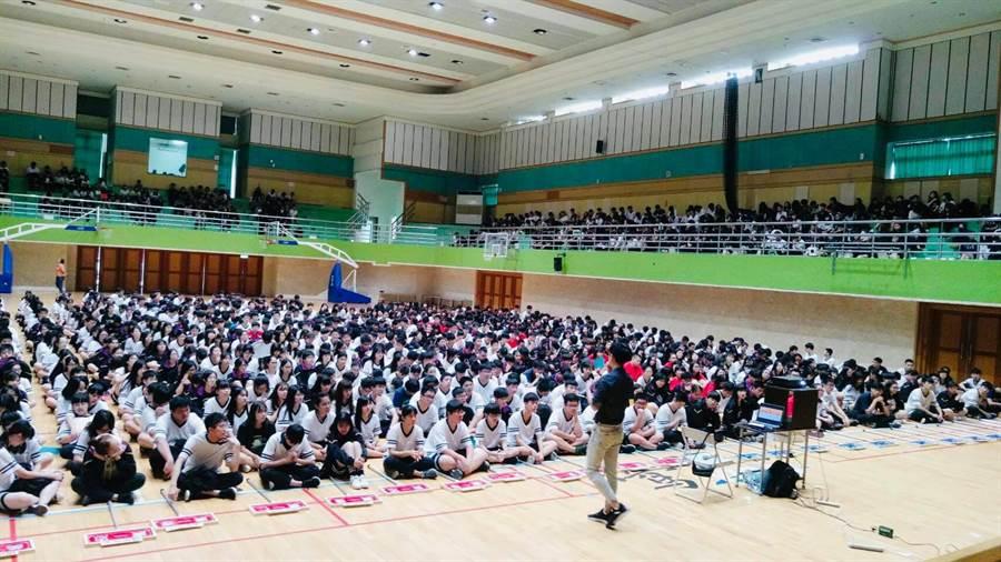 郭柏傑受學生喜愛展開校園巡迴演講。(艾迪昇傳播提供)