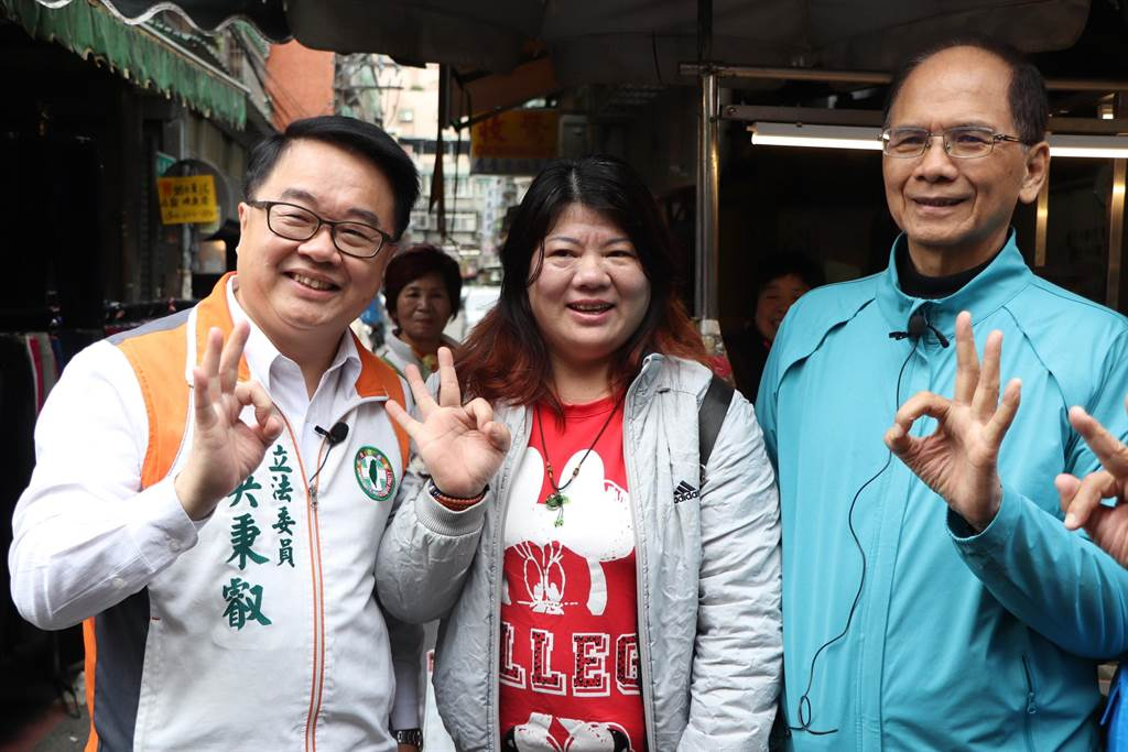 前政院長游錫堃今(19日)早陪同立委候選人吳秉叡在新莊掃街。(吳亮賢攝)