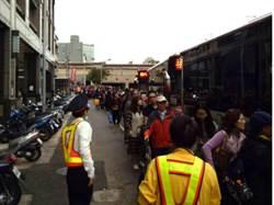 台鐵出包害遲到  公路接駁處大排長龍