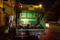 男嬰遭丟垃圾桶 清潔員遲到救一命