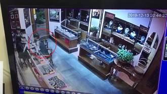 4匪搶珠寶店 遭辣椒水噴滿臉狼狽逃跑