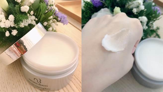 自然美超效保濕按摩卸妝膏呈現不流動的膏體狀,接觸到體溫會軟化變得十分好推開。(圖/邱映慈攝影)