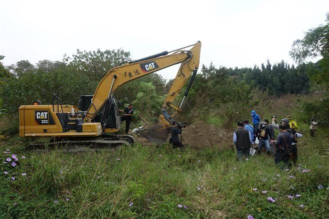 國產署大動作開挖李日貴20年前經營的大通砂石場是否有埋廢棄物,最後一點第38點開挖完畢,全部都是乾淨土,都無廢棄物。(周麗蘭攝)