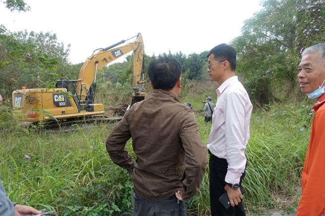 縣議員李明哲(右)在開挖完畢時趕往現場,抨擊抨擊蔡英文,「為了被懷疑一顆痣,我們被要求脫光衣服檢查」。(周麗蘭攝)