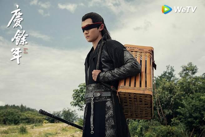 在陸劇《慶餘年》中,保護男主角的五竹,因眼睛戴著黑布,讓網友超好奇黑布下的長相是怎樣的美男子。(圖/WeTv提供)
