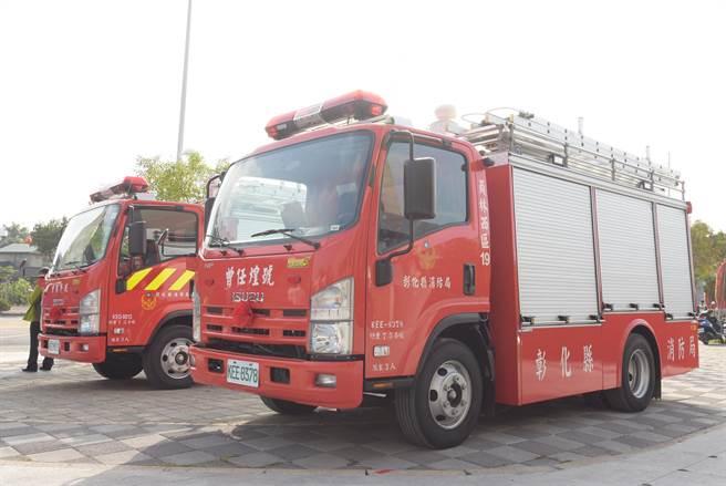 煌由家屬代表捐贈兩輛小型消防水箱車。(謝瓊雲攝)