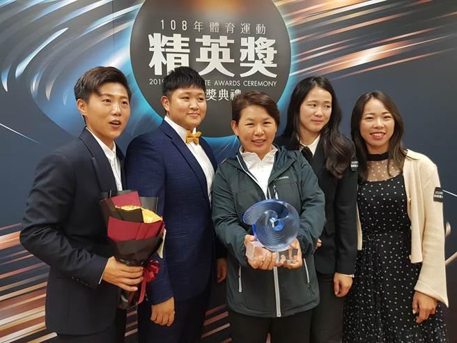 中華女子射箭隊盛裝出席精英獎頒獎典禮。(陳筱琳攝)