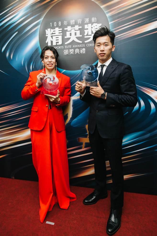 郭婞淳(左)一身紅出席精英獎頒獎典禮,氣勢如「紅」!(郭吉銓攝)