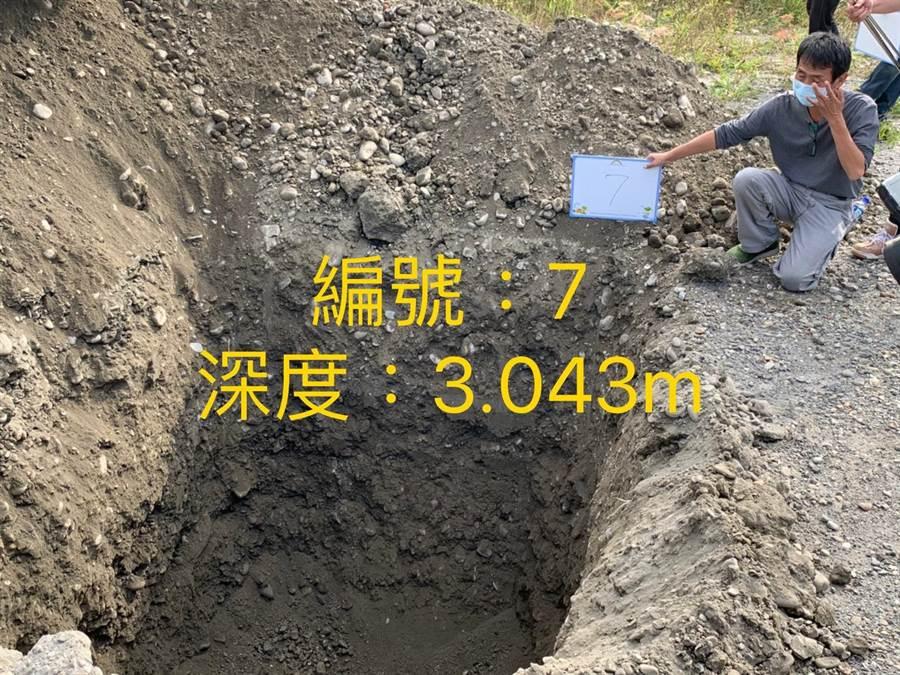 地底下的結果是乾淨砂土。(周麗蘭攝)