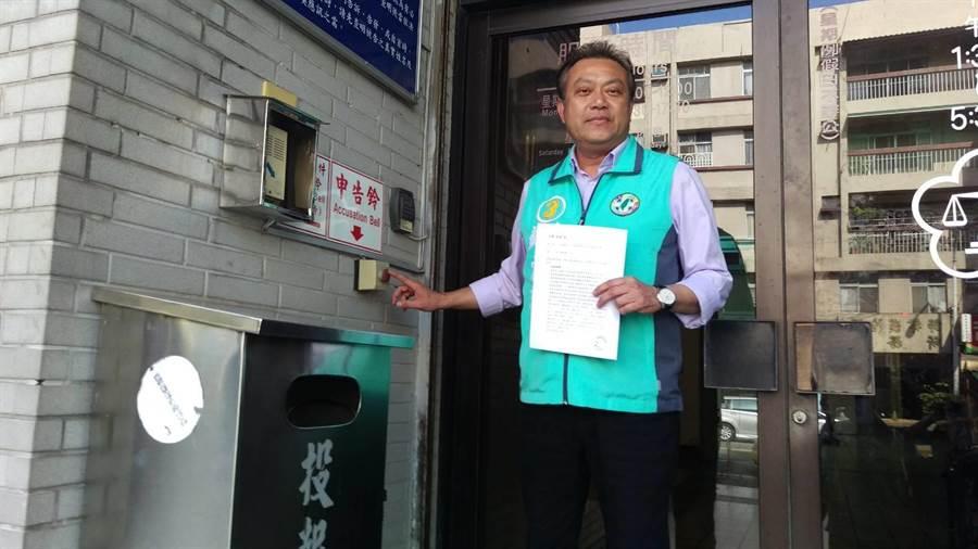 屏東縣立委第二選區候選人蘇震清19日上午到屏東地檢署按鈴申告,對手陣營印製不實傳單意圖使人不當選。(潘建志攝)