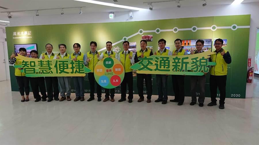 台南市交通局長王銘德(左七)19日宣布台南市今年的交通成果與明年的交通計畫。(程炳璋攝)